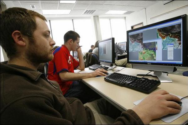 Students in the DGL using remote sensing software